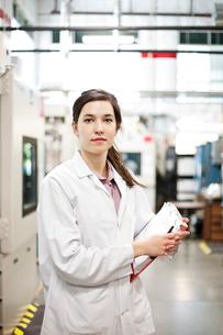 A portrait of a Caucasian female technician in a technical research and development site.の写真素材 [FYI02264198]