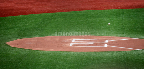 High angle view of home plate of baseball field.の写真素材 [FYI02264201]