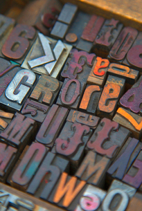 High angle close up of a selection of wood print keys in a variety of fonts.の写真素材 [FYI02264280]