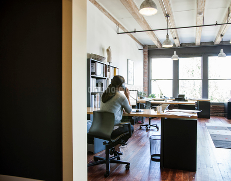 Asian woman working at her desk in a creative office.の写真素材 [FYI02264292]