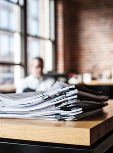 Close-up of files and file folders on a desk top in an office.の写真素材 [FYI02264360]