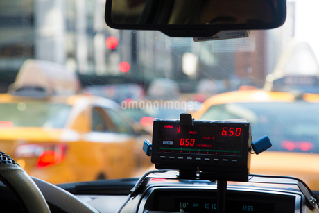 Vehicle interior of New York yellow cab, close up of meter running.の写真素材 [FYI02264406]