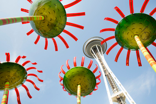 Low angle view of the Space Needle in Seattle, Washington, USA, with colourful flower sculptures.の写真素材 [FYI02264412]