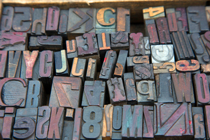 High angle close up of a selection of wood print keys in a variety of fonts.の写真素材 [FYI02264426]
