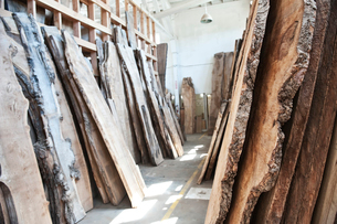 Reclaimed recycled cut slabs of wood in a woodworking factory.の写真素材 [FYI02264451]