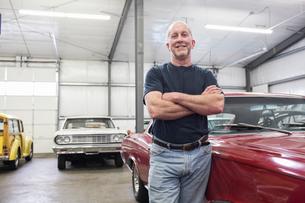 Portrait of a senior Caucasian male owner of an antique car repair shopの写真素材 [FYI02264517]