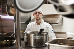 A portrait of a Caucasian male chef in a commercial kitchen.の写真素材 [FYI02264522]