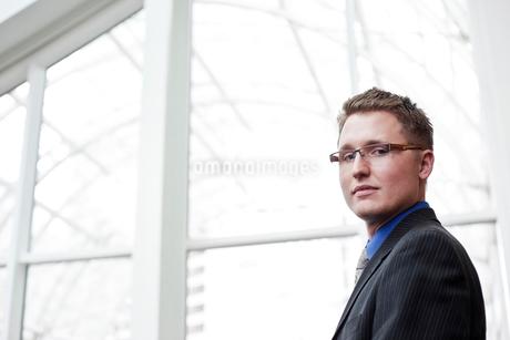 Portrait of a Caucasian businessman at a convention centre space.の写真素材 [FYI02264576]