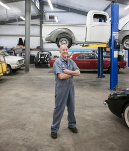 Portrait of a senior Caucasian male owner of an antique car repair shopの写真素材 [FYI02264634]