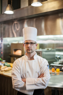 A portrait of a Caucasian male chef in a commercial kitchen.の写真素材 [FYI02264641]