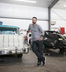 A portrait of a Caucasian mechanic in his classic car repair shop.の写真素材 [FYI02264654]