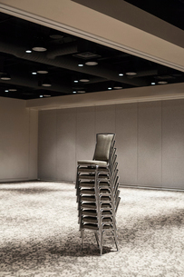 Stacked chairs in an empty convention centre meeting room.の写真素材 [FYI02264687]