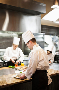 A crew of chef's working in a commercial kitchen,の写真素材 [FYI02264700]