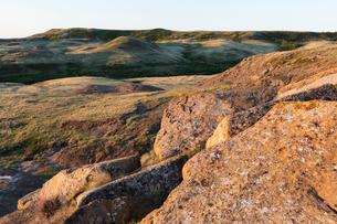 Rock formations and rolling hills at dusk, Grasslands National Park, Saskatchewan, Canada.の写真素材 [FYI02264723]