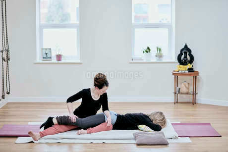 Woman receiving a Thai massage from a practitioner.の写真素材 [FYI02264807]