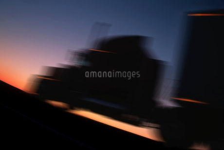 Class 8 sleeper truck on a road, outline in motion at sunset.の写真素材 [FYI02264838]