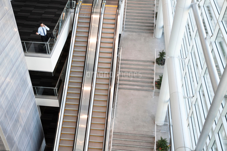 View from above looking down on a businessman using his phone in a conference centre lobby.の写真素材 [FYI02264851]