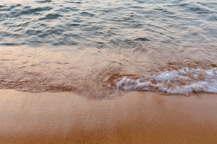 Detail of waves crashing on beach at dusk, long exposureの写真素材 [FYI02264863]