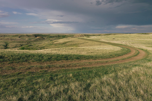 Dark storm clouds of over Grasslands National Park, Saskatchewan, Canada.の写真素材 [FYI02264886]
