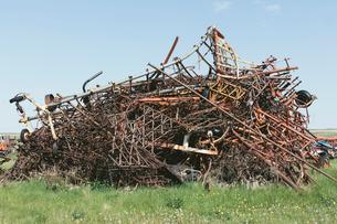 Pile of discarded farming equipment in rural landfill, near Kildeer, Saskatchewan, Canada.の写真素材 [FYI02264895]