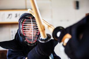 Close up of Japanese Kendo fighter wearing Kendo mask in combat pose.の写真素材 [FYI02264910]