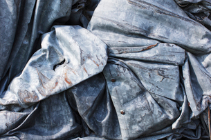 Close up of a pile of dented, crumpled and rusty metal.の写真素材 [FYI02264922]