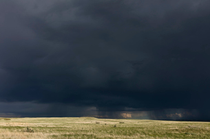 Dark storm clouds of over Grasslands National Park, Saskatchewan, Canada.の写真素材 [FYI02264955]