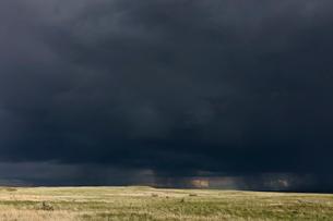 Dark storm clouds of over Grasslands National Park, Saskatchewan, Canada.の写真素材 [FYI02264955]