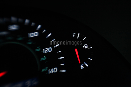 Close up of gas gauge on empty in a car.の写真素材 [FYI02264990]
