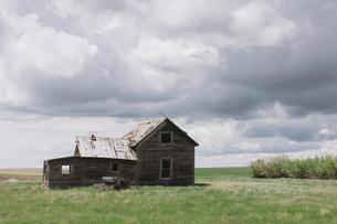 Abandoned farmhouse on prairie, Saskatchewan, Canada.の写真素材 [FYI02264997]