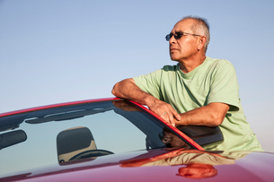 A portrait of a hip senior Hispanic male on a road trip.の写真素材 [FYI02265006]