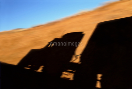 A blurred silhouette shadow on rock wall of a Class 8 sleeper truckの写真素材 [FYI02265009]