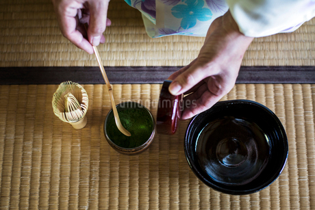 High angle close up of traditional Japanese Tea Ceremony, woman spooning green Matcha tea powder intの写真素材 [FYI02265037]