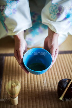 High angle close up of Japanese woman wearing traditional white kimono with blue floral pattern kneeの写真素材 [FYI02265078]