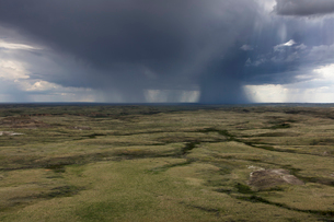 Dark storm clouds of over Grasslands National Park, Saskatchewan, Canada.の写真素材 [FYI02265090]