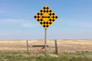Arrow intersection sign and rural farmlandの写真素材 [FYI02265099]