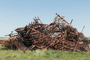 Pile of discarded farming equipment in rural landfill, near Kildeer, Saskatchewan, Canada.の写真素材 [FYI02265123]