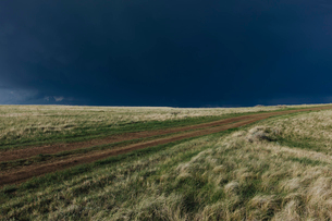 Dark storm clouds of over Grasslands National Park, Saskatchewan, Canada.の写真素材 [FYI02265152]