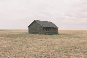 Old barn and fallow field,の写真素材 [FYI02265170]