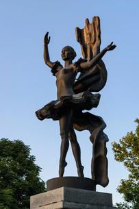 Statue of a ballerina in Bishkek, Kyrgyzstan, monument to Bubusara Beyshenalieva.の写真素材 [FYI02265190]