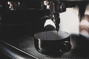 Close up of black mug on espresso machine.の写真素材 [FYI02265266]