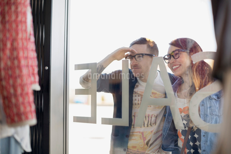 Hipster couple window shopping at storefrontの写真素材 [FYI02265278]