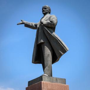 Life sized bronze Lenin statue, Osh, Kyrgyzstan.の写真素材 [FYI02265324]