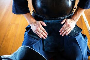 Close up of Kendo fighter kneeling on floor, hands on lap.の写真素材 [FYI02265351]