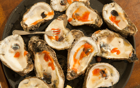 A closeup of a plate of Louisiana Gulf oyster shells.の写真素材 [FYI02265388]