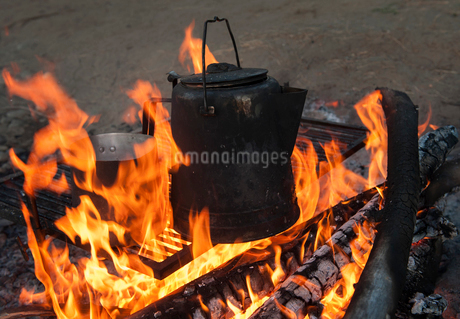A metal coffee pot on a campfire.の写真素材 [FYI02265433]