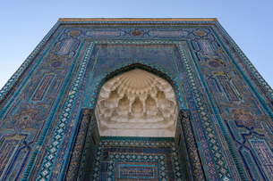 Registan square in Samarkand, a huge arch covered in glazed patterned tiles, blue white and golden,の写真素材 [FYI02265458]