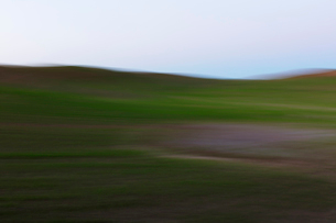 Blurred motion abstract of rolling wheat fields at dusk, layers of natural colourの写真素材 [FYI02265467]