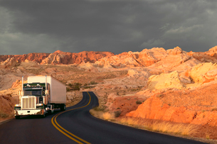 A commercial sleeper truck on the highway in Nevada, USAの写真素材 [FYI02265499]