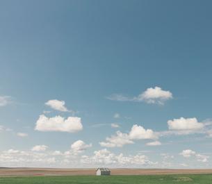 Small barn on vast open prairie, Saskatchewan, Canada.の写真素材 [FYI02265532]